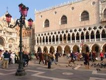Ιταλία Βενετία Doge παλάτι (Palazzo Ducale) και ρόδινος λαμπτήρας οδών Στοκ Φωτογραφία