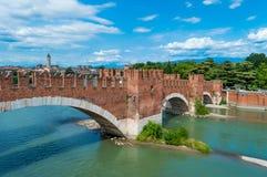 Ιταλία, γέφυρα της Βερόνα και ο ουρανός Στοκ Εικόνες