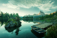 Ιταλία, δολομίτες - η όμορφη λίμνη στην αυγή για να αποκαλύψει έναν γαλαζωπό πράσινο κόσμο Στοκ φωτογραφία με δικαίωμα ελεύθερης χρήσης