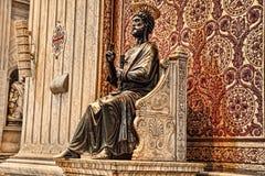 Ιταλία Ρώμη Βατικανό Άγαλμα χαλκού Αγίου Peter που κρατά το Κ Στοκ Εικόνες