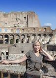 Ιταλία Ρώμη Ο τουρίστας στις καταστροφές του αρχαίου Collosseo Στοκ Εικόνες