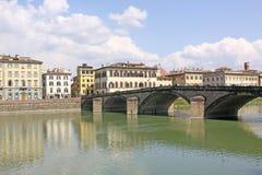 Ιταλία Φλωρεντία Οδός και γέφυρα περιπάτων πέρα από τον ποταμό Arno Στοκ Εικόνα