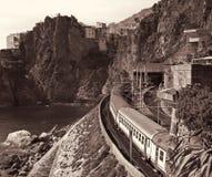 Ιταλία Cinque terre Τραίνο στο σταθμό Manarola Στη σέπια που τονίζεται στοκ φωτογραφία με δικαίωμα ελεύθερης χρήσης