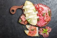Ιταλικά ζαμπόν, prosciutto και σαλάμι με το πεπόνι Στοκ φωτογραφία με δικαίωμα ελεύθερης χρήσης