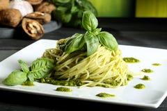 Ιταλικά ζυμαρικά αποστακτήρων με το pesto genovese Στοκ εικόνα με δικαίωμα ελεύθερης χρήσης