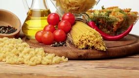 Ιταλικά ζυμαρικά, ιταλικά συστατικά ζυμαρικών, αλεύρι, κατάταξη ζυμαρικών του ελαιολάδου σε ένα μπουκάλι, ακόμα ζωή, μακαρόνια κα απόθεμα βίντεο
