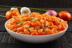 Ιταλικά ζυμαρικά μακαρονιών στη σάλτσα και τα χορτάρια ντοματών, Στοκ φωτογραφία με δικαίωμα ελεύθερης χρήσης