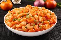 Ιταλικά ζυμαρικά μακαρονιών στη σάλτσα και τα χορτάρια ντοματών, Στοκ φωτογραφίες με δικαίωμα ελεύθερης χρήσης
