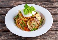 Ιταλικά ζυμαρικά με τις μελιτζάνες, την ντομάτα, το τυρί ricotta και το βασιλικό Στοκ Εικόνες