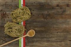 Ιταλικά ζυμαρικά στον πίνακα κουζινών Στοκ Φωτογραφία