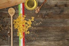Ιταλικά ζυμαρικά στον πίνακα κουζινών Στοκ Εικόνες