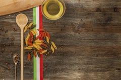 Ιταλικά ζυμαρικά στον πίνακα κουζινών Στοκ εικόνες με δικαίωμα ελεύθερης χρήσης