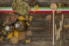 Ιταλικά ζυμαρικά στον πίνακα κουζινών Στοκ φωτογραφία με δικαίωμα ελεύθερης χρήσης