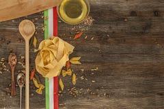 Ιταλικά ζυμαρικά στον πίνακα κουζινών Στοκ Φωτογραφίες