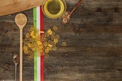 Ιταλικά ζυμαρικά στον πίνακα κουζινών Στοκ Εικόνα
