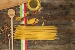 Ιταλικά ζυμαρικά στον πίνακα κουζινών Στοκ εικόνα με δικαίωμα ελεύθερης χρήσης