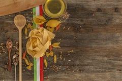 Ιταλικά ζυμαρικά στον πίνακα κουζινών Στοκ φωτογραφίες με δικαίωμα ελεύθερης χρήσης