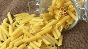Ιταλικά ζυμαρικά στο βάζο γυαλιού απόθεμα βίντεο