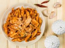 Ιταλικά ζυμαρικά Arrabbiata της Penne κοτόπουλου ύφους Στοκ Εικόνες
