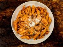 Ιταλικά ζυμαρικά Arrabbiata της Penne κοτόπουλου ύφους Στοκ φωτογραφία με δικαίωμα ελεύθερης χρήσης