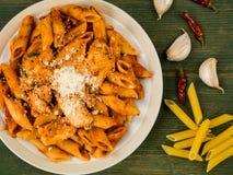 Ιταλικά ζυμαρικά Arrabbiata της Penne κοτόπουλου ύφους Στοκ Φωτογραφίες