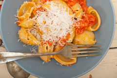 Ιταλικά ζυμαρικά lumaconi σαλιγκαριών με τις ντομάτες Στοκ Φωτογραφίες