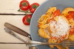 Ιταλικά ζυμαρικά lumaconi σαλιγκαριών με τις ντομάτες Στοκ Εικόνα