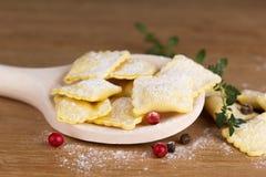 Ιταλικά ζυμαρικά, ravioli με τα αυγά αλευριού και τα πράσινα Στοκ Εικόνα