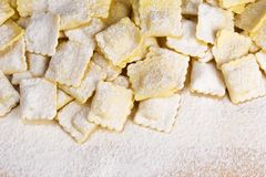Ιταλικά ζυμαρικά, ravioli που ψεκάζεται με το αλεύρι Στοκ εικόνα με δικαίωμα ελεύθερης χρήσης