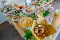 Ιταλικά ζύμες και ψωμί για τα πρόχειρα φαγητά και πρόγευμα με τα φρούτα α Στοκ Φωτογραφία