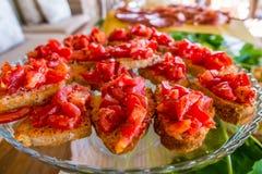 Ιταλικά ζύμες και ψωμί για τα πρόχειρα φαγητά και πρόγευμα με τα φρούτα α Στοκ Εικόνες