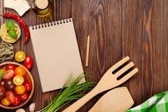 Ιταλικά μαγειρεύοντας συστατικά τροφίμων Ζυμαρικά, λαχανικά, καρυκεύματα Στοκ εικόνες με δικαίωμα ελεύθερης χρήσης