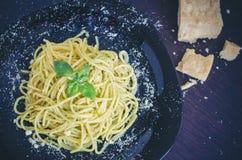 Ιταλικά μακαρόνια ζυμαρικών με τη σπιτικά σάλτσα pesto και το φύλλο βασιλικού Στοκ φωτογραφία με δικαίωμα ελεύθερης χρήσης