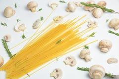 Ιταλικά μακαρόνια με τα μανιτάρια στον πίνακα Στοκ Εικόνες