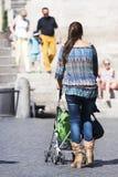 Ιταλικά μητέρα και μωρό σε ένα καροτσάκι Στοκ Φωτογραφία