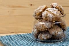 Ιταλικά μπισκότα στο βάζο γυαλιού στην πετσέτα βαμβακιού Στοκ φωτογραφία με δικαίωμα ελεύθερης χρήσης