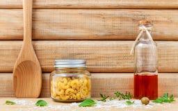 Ιταλικά ξηρά ζυμαρικά έννοιας τροφίμων με τα λαχανικά, ελαιόλαδο και Στοκ φωτογραφία με δικαίωμα ελεύθερης χρήσης