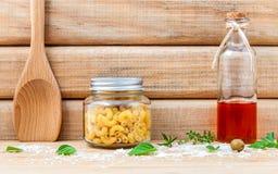 Ιταλικά ξηρά ζυμαρικά έννοιας τροφίμων με το ελαιόλαδο και τα χορτάρια καρυκευμάτων Στοκ φωτογραφίες με δικαίωμα ελεύθερης χρήσης