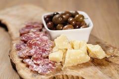 Ιταλικά ορεκτικά antipasti στον πίνακα Στοκ Φωτογραφία