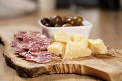 Ιταλικά ορεκτικά antipasti στον πίνακα Στοκ Εικόνες
