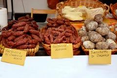 Ιταλικά λουκάνικα για την πώληση στην αγορά στοκ εικόνες