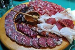 Ιταλικά παραδοσιακά σαλάμι και ζαμπόν βουνών. στοκ εικόνες