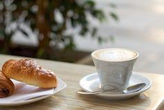 Ιταλικά πρόγευμα, cappuccino και brioche Στοκ Εικόνες