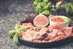 Ιταλικά πρόχειρα φαγητά κρασιού antipasti καθορισμένα Στοκ Φωτογραφία
