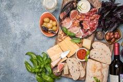 Ιταλικά πρόχειρα φαγητά κρασιού antipasti καθορισμένα Στοκ Φωτογραφίες