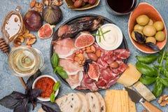 Ιταλικά πρόχειρα φαγητά κρασιού antipasti καθορισμένα Στοκ φωτογραφία με δικαίωμα ελεύθερης χρήσης