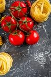 Ιταλικά συστατικά ζυμαρικών έννοιας τροφίμων γκρίζο πετρών γραφείων στενό σε επάνω άποψης υποβάθρου τοπ copyspace Στοκ Εικόνα