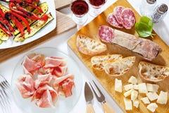 Ιταλικά υγιή πρόχειρα φαγητά prosciutto, σαλάμι, ψημένο στη σχάρα λαχανικά π Στοκ Εικόνες