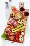 Ιταλικά υγιή πρόχειρα φαγητά prosciutto, σαλάμι, ψημένο στη σχάρα λαχανικά π Στοκ φωτογραφία με δικαίωμα ελεύθερης χρήσης
