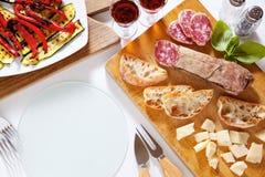 Ιταλικά υγιή πρόχειρα φαγητά prosciutto, σαλάμι, ψημένο στη σχάρα λαχανικά π Στοκ Φωτογραφίες